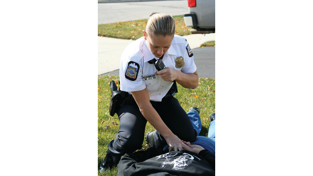 officeractionshotwalkieclip_10445910.psd
