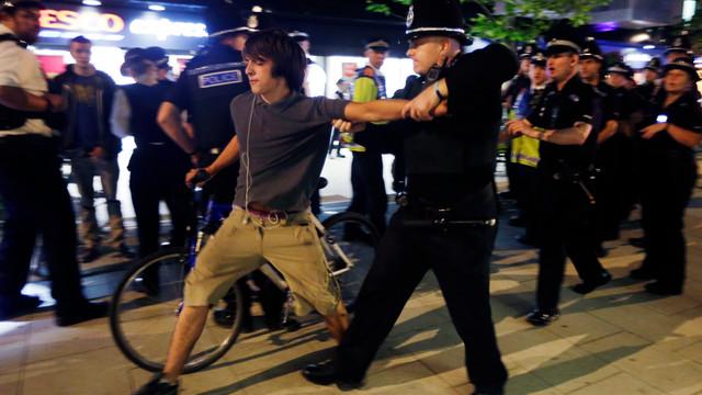 London Officer Arrests Bicyclists.jpg_10752487.jpg