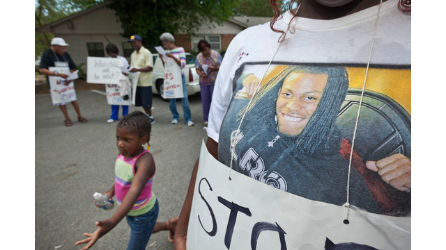 Bree Coleman, right, wears a tee shirt with a picture of Ark. man who died in cruiser.jpg_10764064.jpg
