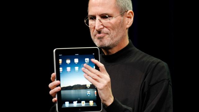 Steve Jobs shows off the new iPad.jpg_10761373.jpg