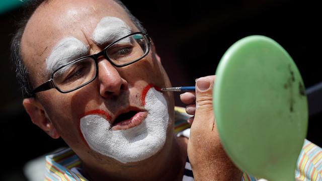 Kenny The Clown Applies Makeup.jpg_10761377.jpg
