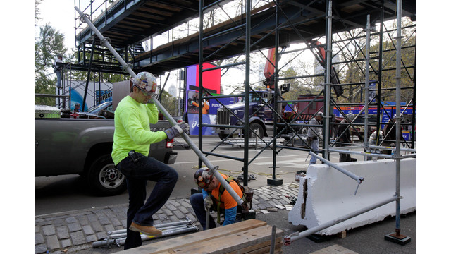 Workers assemble the photo bridge at the finish of the New York City Marathon.jpg_10824273.jpg