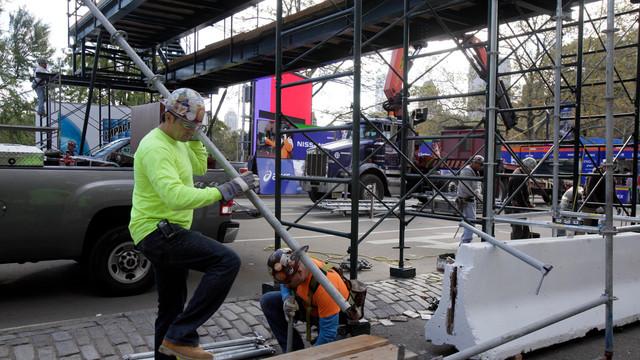 Workers assemble the photo bridge at the finish of the New York City Marathon.jpg_10824273.jpg
