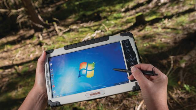 algiz-10x-rugged-tablet-in-han_10874324.psd